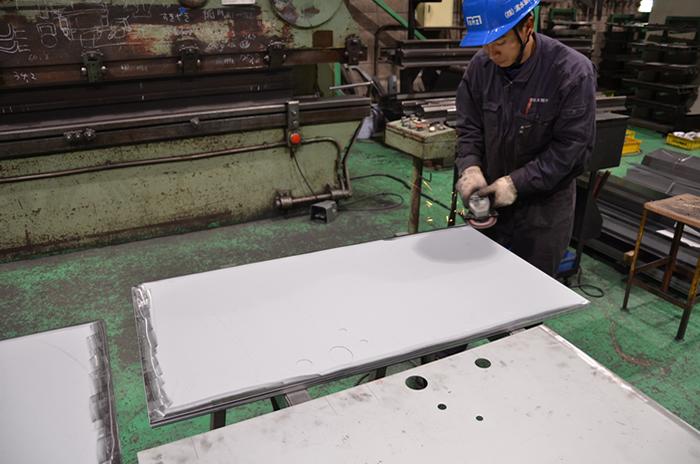 部品の外側をグラインダーで仕上げて溶接をしやすくします。(本体と横側部品)