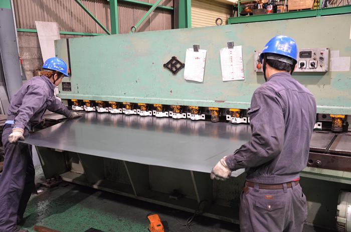 シャーリングにて鉄板の上下を必要な大きさに切断します。