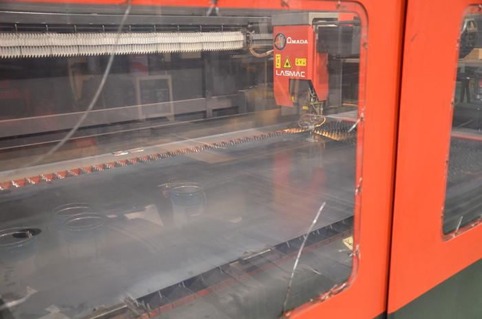 レーザー加工機にて部品を必要な大きさ、位置に穴を開けます。